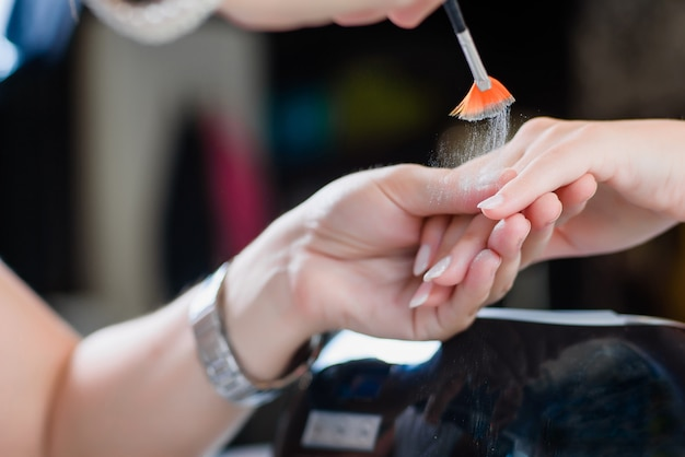 Procédure de manucure avec les ongles brillants