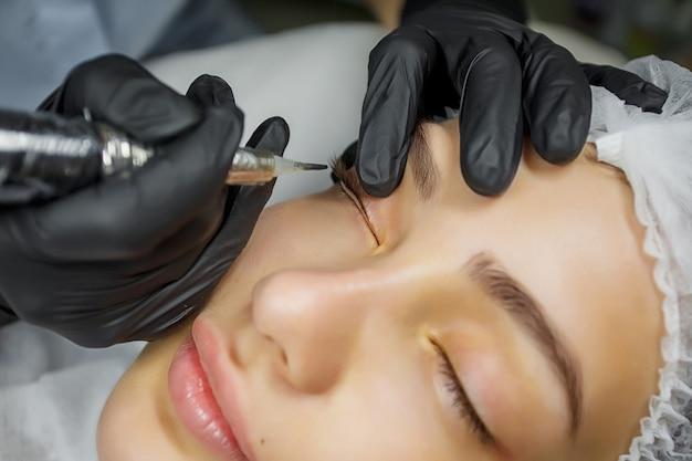 Procédure de maquillage permanent des yeux, application sur une jeune fille