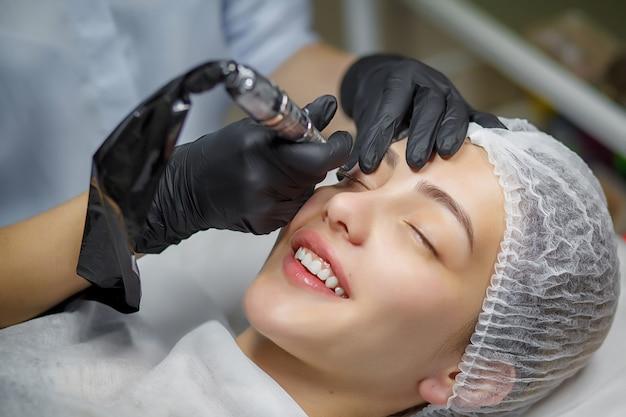 Procédure de maquillage permanent des yeux
