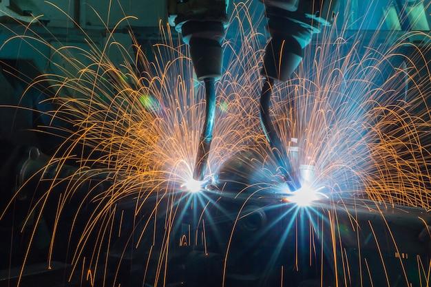 Procédure mécanique de soudage par automatisation, bras de robot industriel actif en usine