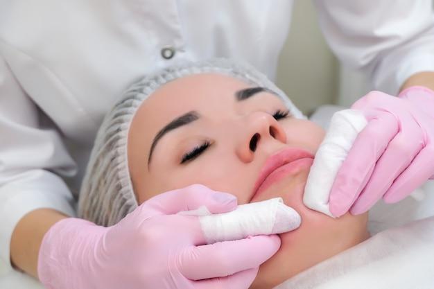Procédure de nettoyage manuel de la peau du visage des points noirs et de l'acné
