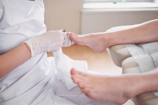 Procédure de pédicure médicale professionnelle bouchent à l'aide d'un coupe-ongles
