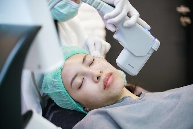 La procédure de traitement au laser ou à la fréquence du lifting du visage implique