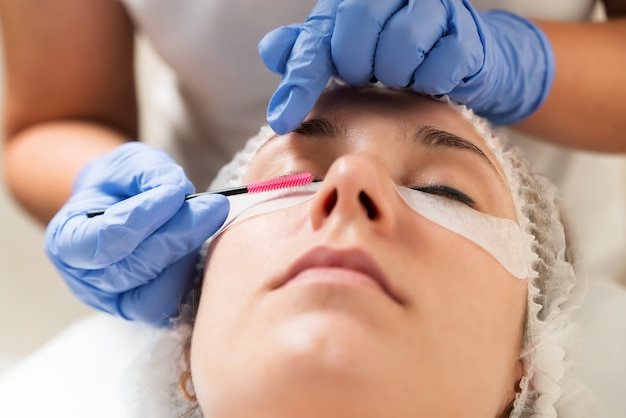 Procédure de traitement des soins des cils. lamination des cils dans un salon de beauté.