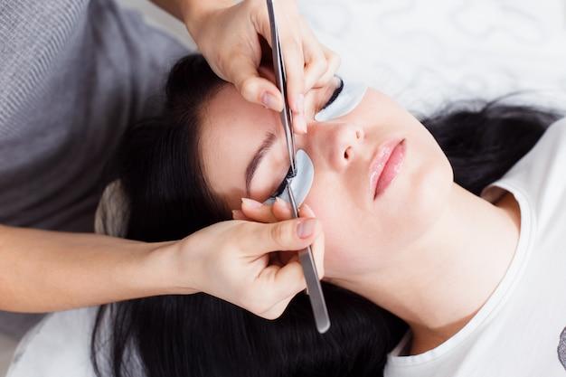 Procédures de traitement des soins des cils: coloration; curling; plastification et extension des cils.