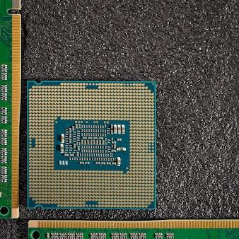 Le processeur de l'ordinateur central avec des modules de mémoire sur un fond sombre.