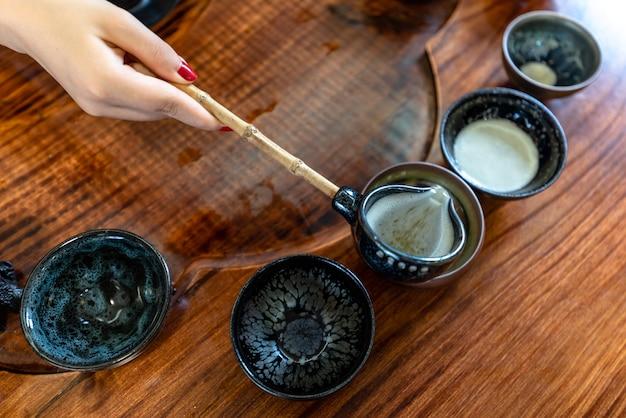 Processus et appareil de brassage du thé chinois de kung fu