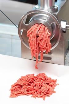 Processus de bœuf et de porc hachés (pour hamburgers, boulettes de viande, ...). hacher.