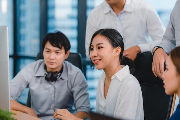 Processus collaboratif de gens d'affaires multiculturels utilisant la présentation informatique et la réunion de communication.