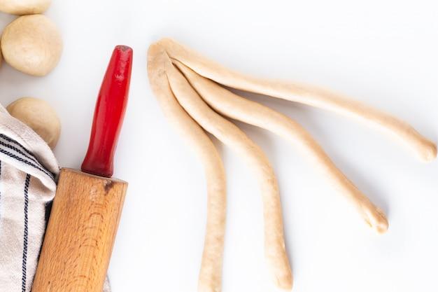 Processus de concept de plats faits maison tressage pain tresse pâte challah