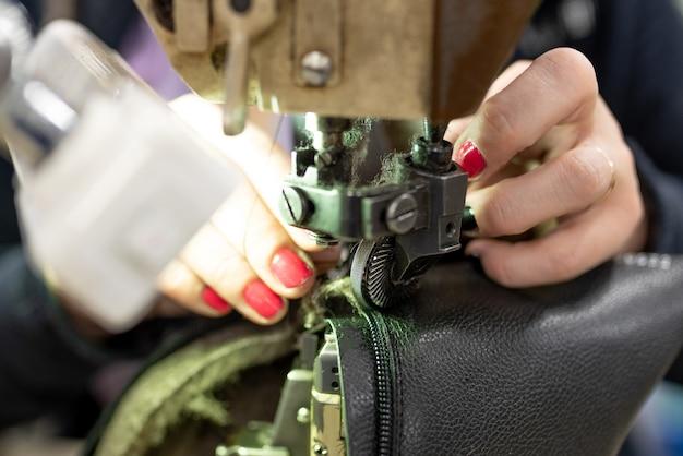 Le processus de couture de chaussures sur une machine à coudre. fabrication de chaussures. pour n'importe quel but.