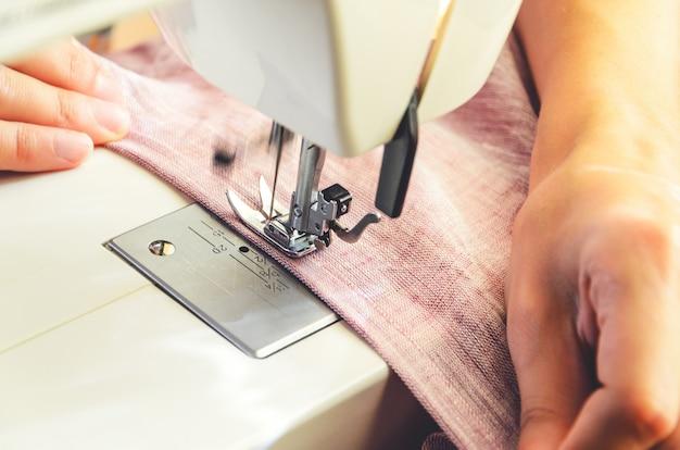 Processus de couture sur le gros plan de la machine à coudre