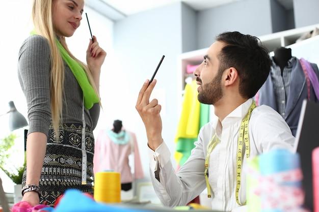 Processus de couture tenue de mode créant un concept