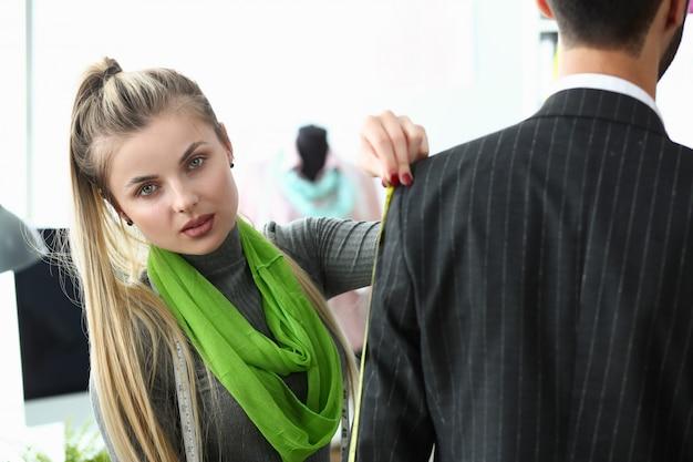 Processus de création de vêtements concept de couture d'usine