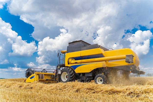 Processus de cueillette d'une récolte mûre dans les champs. moissonneuse-batteuse en action sur le champ de blé. fermer