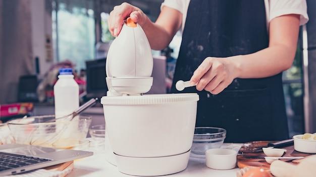 Processus de cuisine dessert sucré fait maison. restez à la maison et concept de distanciation sociale. restez à la maison et entraînez-vous à cuisiner à la manière des crêpes japonaises.
