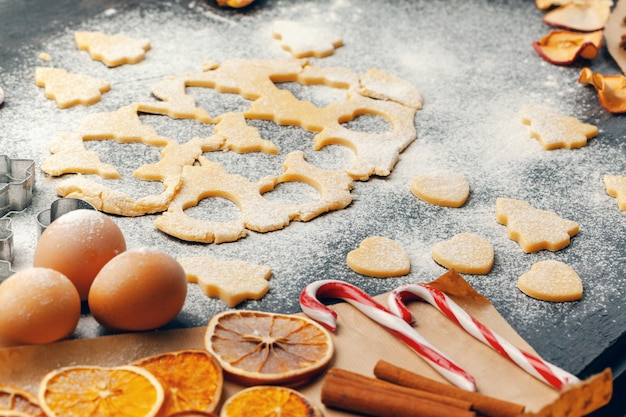 Processus de cuisson des biscuits au gingembre gros plan