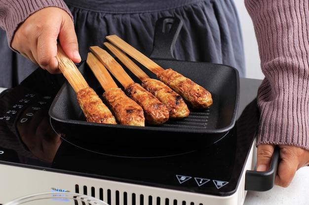 Processus de cuisson : sate lilit grillé, fruits de mer hachés balinais traditionnels ou satay de poulet avec brochette de bambou. parfois, poursuivant la citronnelle en tant que brochette aromatique.