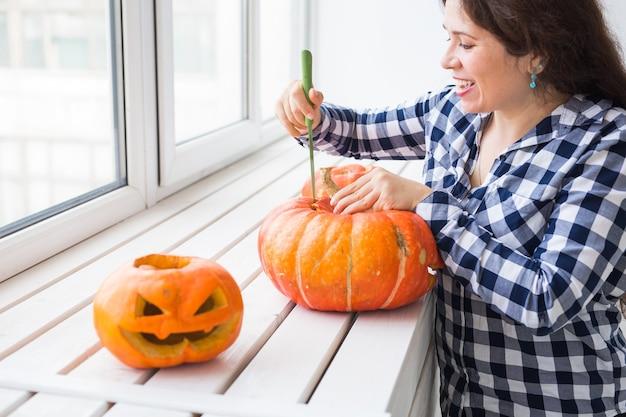 Processus de découpe de citrouille d'halloween