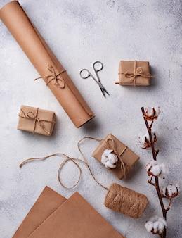 Processus d'emballage des boîtes à cadeaux en papier kraft.