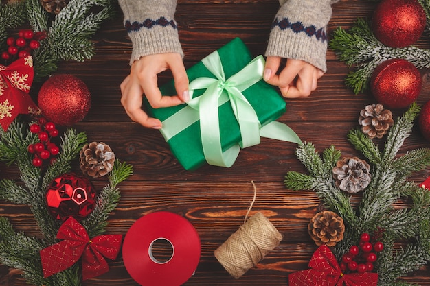 Processus d'emballage des cadeaux et de décoration pour les vacances de noël se bouchent