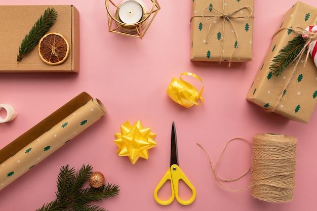 Processus d'emballage de cadeaux de noël.