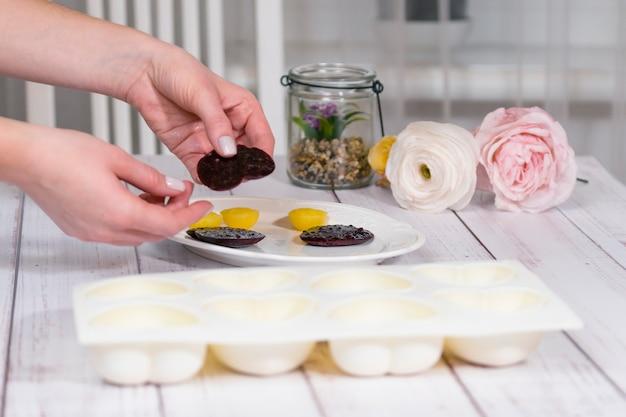 Processus étape par étape de fabrication d'un gâteau mousse avec glaçage miroir cuisine dessert français