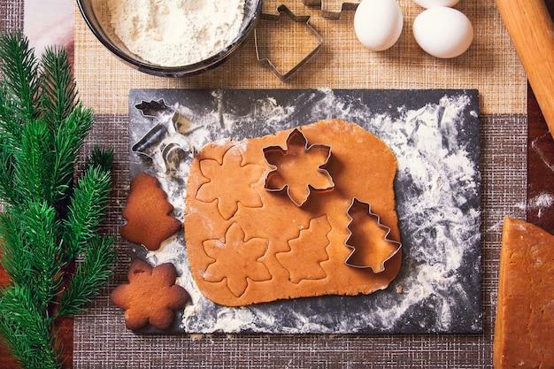 Le processus de fabrication des biscuits de noël au gingembre.