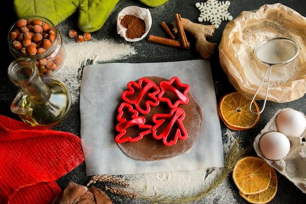 Le processus de fabrication des biscuits de noëlbiscuits maison biscuit de pain d'épice à noël
