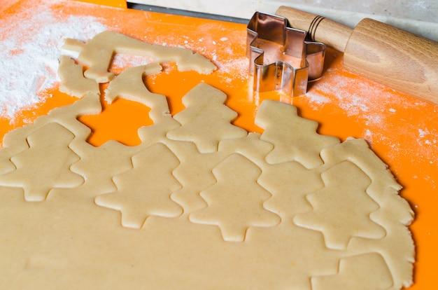 Le processus de fabrication de biscuits et de pain d'épices de noël.