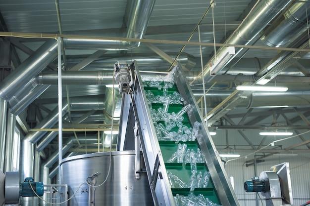 Processus de fabrication de bouteilles en plastique. bouteilles d'eau en plastique sur convoyeur