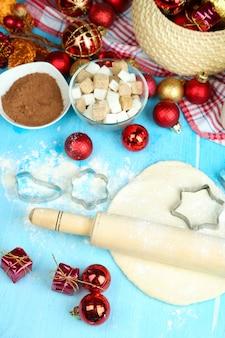 Processus de fabrication des cookies du nouvel an en gros plan