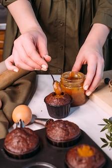 Processus de fabrication de cupcake au chocolat fait maison avec de la crème