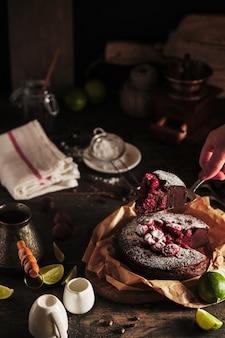 Le processus de fabrication d'un gâteau au chocolat aux cerises savoureux et beau clafoutis de dessert français