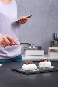 Processus de fabrication de gâteaux anna pavlova.