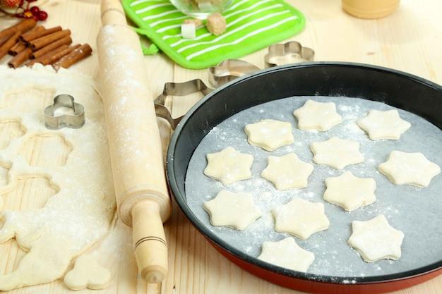 Processus de fabrication de gros plan de cookies du nouvel an