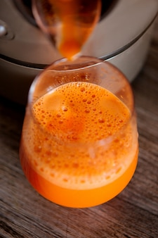 Processus de fabrication de jus dans un presse-agrumes, processus de préparation de jus de fruits frais dans un presse-agrumes, jus de carotte