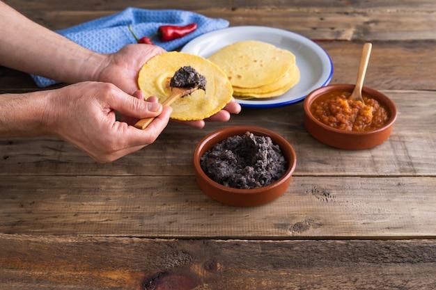 Processus de fabrication d'œufs de petit-déjeuner mexicains pour les éleveurs sur une base en bois. cuisine mexicaine. copiez l'espace.