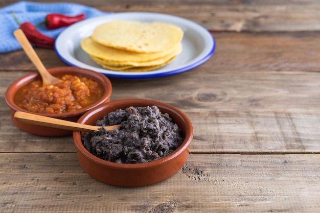 Processus de fabrication d'œufs de petit-déjeuner mexicains pour les éleveurs sur une base en bois. cuisine mexicaine.
