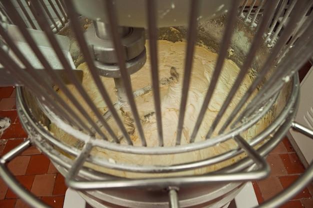 Le processus de fabrication de la pâte à biscuits dans un pétrin industriel à l'usine