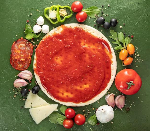 Processus de fabrication de pizza vue de dessus
