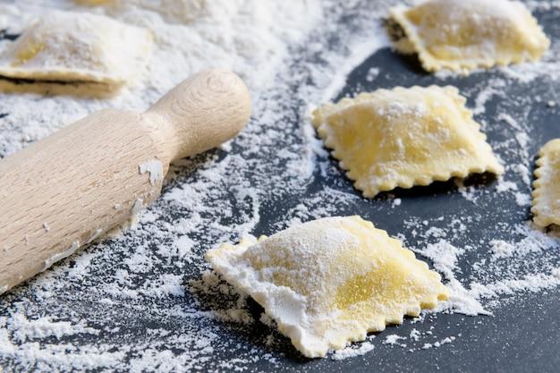 Processus de fabrication de raviolis italiens, gros plan