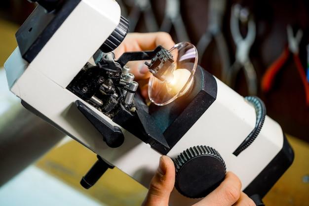 Processus de fabrication. soins de santé oculaire. verres de polissage en magasin d'optique. produire des lunettes.