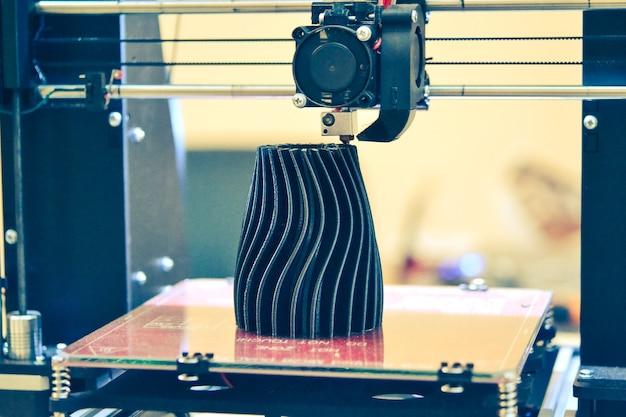 Le processus de fonctionnement d'une imprimante 3d et de création d'un objet en trois dimensions. technologie additive moderne et progressive. 4ht révolution industrielle.