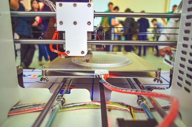 Le processus de fonctionnement d'une imprimante 3d et de création d'un objet en trois dimensions. technologie additive moderne et progressive