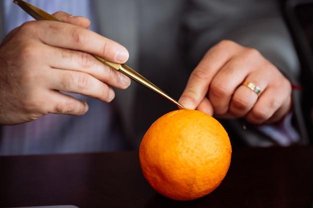 Le processus de formation à l'équipement professionnel spécial de chirurgie chélitofaciale est illustré par exemple par une orange