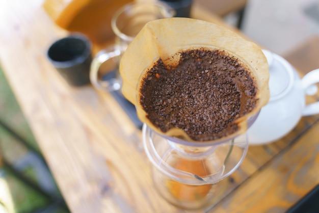 Processus de goutte à goutte de café en versant de l'eau chaude