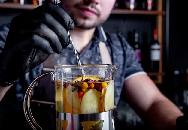 Processus d'infusion de thé, cérémonie du thé. barman prépare du thé à l'argousier