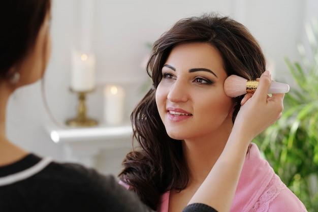 Processus de maquillage le jour du mariage