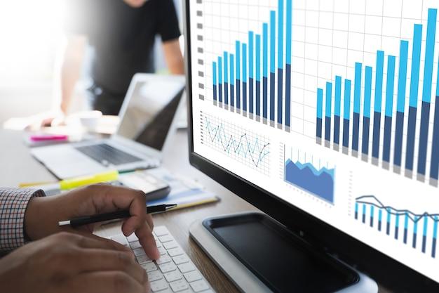 Processus de marketing de travail d'équipe analyse de la stratégie marketing du tableau de bord stock concept de recherche de stratégie